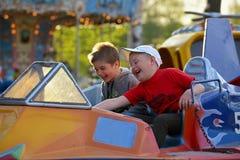 Twee broers berijden op de carrousel royalty-vrije stock afbeelding