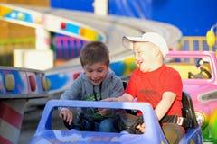 Twee broers berijden op de carrousel stock foto's