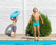 Twee broers dichtbij een zwembad Stock Afbeelding