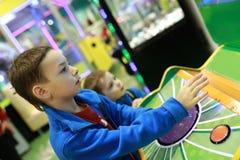 Twee broers die arcadespel spelen royalty-vrije stock foto