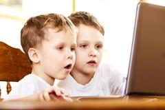 Twee broers die computerspelen spelen Royalty-vrije Stock Foto
