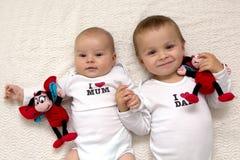 Twee broers, die handen houden Stock Foto