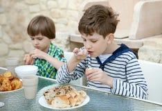 Twee broers eten gezond ontbijt Stock Afbeelding