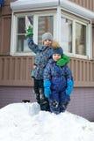 Twee broers op sneeuwheuvel Stock Afbeelding