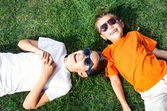 Twee broers openlucht spelen royalty-vrije stock foto