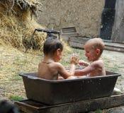Twee broers spelen en om te wassen Royalty-vrije Stock Afbeeldingen