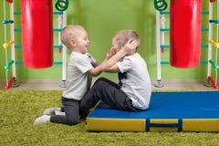 Twee broers spelen sporten Het doen van buikoefeningen Sport en gezondheid royalty-vrije stock fotografie