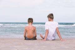 Twee broers van een tiener die op de oceaan, de vriendschap o spelen Stock Foto