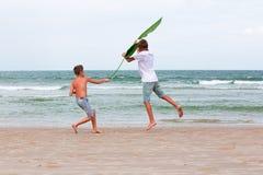 Twee broers van een tiener die op de oceaan, de vriendschap o spelen Stock Afbeelding