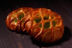 Twee broodjes met kiwijam op donkere houten lijst stock foto's