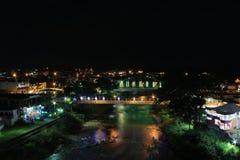 Twee bruggen die een over grote tropische rivier met reflextion van vele kleurrijke lichten kruisen royalty-vrije stock afbeelding