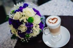 Twee bruids koppen van koffie met hart op de lijst, Stock Foto's