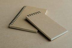 Twee bruine spiraalvormige notitieboekjes stock foto