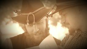 Twee Burgeroorlogmilitairen die een tintype bekijken (de Versie van de Archieflengte) stock footage