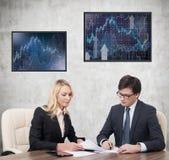Twee businesspeople het werken Stock Afbeelding