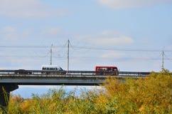 Twee bussen gaan op een brug stock afbeeldingen