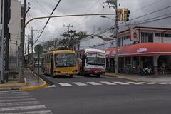 Twee bussen op een straat in San Jose, het kapitaal van Costa Rica royalty-vrije stock afbeeldingen