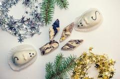 Twee cakes in de vorm van witte muizen en een marsepein-en-kaas Turkse verrukking die op de groene takken van Kerstmis liggen Stock Afbeeldingen