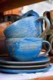 Twee ceramische theekoppen met schotels Stock Afbeelding