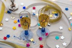 Twee Champagne Glasses op een Witte Lijst royalty-vrije stock foto's