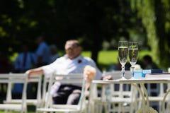 Twee champagneglazen die op de huwelijksceremonie wachten Stock Foto