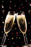 Twee champagneglazen die toost maken stock foto