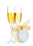 Twee champagneglazen en Kerstmisdecor Royalty-vrije Stock Fotografie