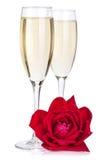 Twee champagneglazen en namen toe Stock Foto's