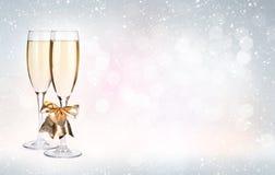 Twee champagneglazen over Kerstmisachtergrond Royalty-vrije Stock Afbeeldingen
