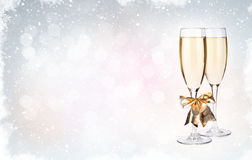 Twee champagneglazen over Kerstmisachtergrond Royalty-vrije Stock Foto