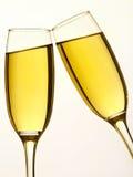 Twee champagneglazen in toost Stock Foto