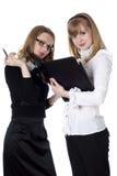 Twee charmante bedrijfsvrouwen stock afbeeldingen