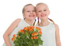 Twee charmante meisjes met boeketten van rozen. Royalty-vrije Stock Fotografie
