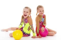 Twee charmante zusters houden van bal te spelen. Stock Foto's