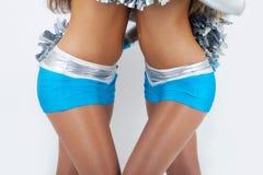 Twee cheerleaders in zilveren-blauwe uitrusting. Stock Afbeelding