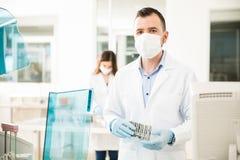 Twee chemici die tests in een laboratorium in werking stellen Stock Foto