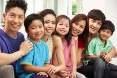 Twee Chinese en Families die thuis zitten ontspannen stock foto's