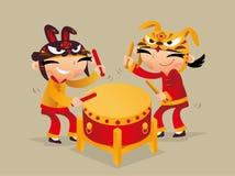 Twee Chinese jonge geitjes die trommel spelen om Chinese Nieuwjaar komst te vieren Stock Fotografie