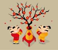 Twee Chinese jongens begroeten elkaar om Chinese Nieuwjaar komst te vieren Stock Fotografie