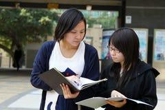 Twee Chinese universitaire studenten op campus Royalty-vrije Stock Foto's