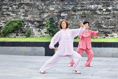 Twee Chinese vrouwen die Tai Chi in een park uitoefenen, Xiang Yang, China Stock Fotografie