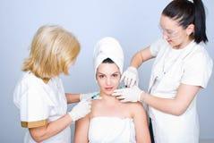 Twee chirurgen die botox injectie geven Royalty-vrije Stock Fotografie