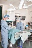 Twee chirurgen die handeling uitvoeren stock fotografie
