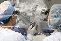 Twee Chirurgen die het Werken gebruiken royalty-vrije stock afbeelding