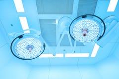 Twee chirurgische lampen in verrichtingsruimte Royalty-vrije Stock Afbeeldingen