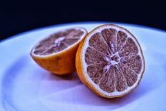 Twee citroenen op de plaat Stock Foto's