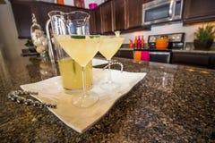 Twee Cocktailglazen en Waterkruik bij het Dienen van Dienblad stock afbeeldingen