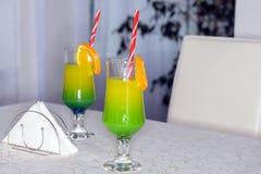 Twee cocktailglazen op een lijst Stock Afbeeldingen