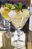 Twee cocktailglazen vermouth Stock Foto's