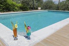 Twee cocktails bij zwembadhoek stock foto